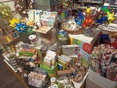 Auf geht`s in den Frühling - Ostern kommt!  Es warten viele schöne Deko-Artikel wie Eier, Eierfarben, Zierbänder, Tragtaschen, Karten,  Geschenkpapier, Bilderbücher und Vieles mehr auf euch! 😉  Viele Grüße  Euer obereder-Team  #Ostern #Frühling #Geschenkideen #Unterweissenbach #obereder Table Settings, Table Decorations, Home Decor, School Stuff, Present Wrapping, Waiting, Eggs, Easter Activities, Gifts