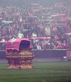 Eusebio's last wish was to pay a visit to Home Stadium. Football Odds, Football Pitch, Football Love, Benfica Wallpaper, Funeral, Portugal Soccer, Life Moments, World Of Sports, Trolls