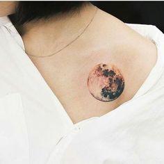 tatuajes-pequeños-mujer-con-tatuaje-de-la-luna-detallada-interesante