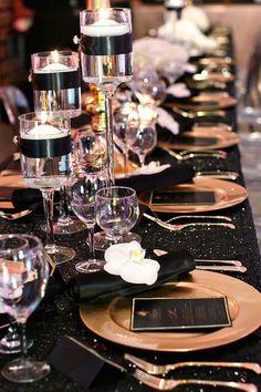 Kerst: we zijn er maar druk mee. Het huis en de kerstboom versieren, een kerstmenu bedenken en hoe gaan we de tafel eigenlijk dekken? Een feestelijk gedekte kersttafel is namelijk net zo belangrijk als het eten zelf. Met Kerst mogen we letterlijk alles uit de kast trekken om er een onvergetelijk smulfestijn van te maken.... Gatsby Party, Gatsby Wedding, Wedding Table, Wedding Events, Wedding Reception, Dream Wedding, Black Tablecloth Wedding, Wedding Ideas, Sequin Tablecloth