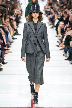 Christian Dior Fall 2019 Ready-to-Wear Fashion Show - Christian Dior Fall 2019 Ready-to-Wear Collection – Vogue - Women's Runway Fashion, Look Fashion, Couture Fashion, Winter Fashion, Womens Fashion, Fashion Design, Daily Fashion, Fashion Boots, Street Fashion