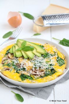 Spinazie omelet met avocado en Parmezaanse kaas Mind Your Feed - One pot rezepte Dutch Recipes, Gourmet Recipes, Vegetarian Recipes, Healthy Recipes, Simple Recipes, Parmesan, Easy Omelet, Omelette Ideas, Healthy Omelette