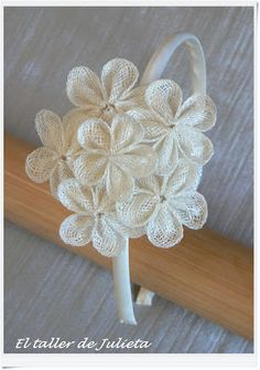 ooooh, i love the texture on these, ever-so-poplular flowers! Ribbon Art, Diy Ribbon, Ribbon Bows, Flower Crafts, Diy Flowers, Fabric Flowers, Baby Girl Hair Accessories, Bandeau, Flower Tutorial