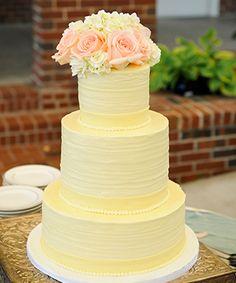 Torta de casamiento decorada con rosas y hortensias naturales