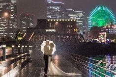 Und dieses Paar, dass trotz Regen, das perfekte Foto schießen lässt. | 14 umwerfende Hochzeitsfotos, die wirklich echte Kunstwerke sind