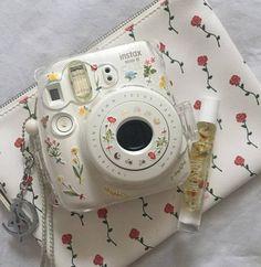 Immense Dslr Photography Tips Reading - Polaroid - Foto Polaroid Camera Case, Polaroid Foto, Camera Art, Retro Camera, Camera Tips, Camera Hacks, Slr Camera, Fujifilm Instax Mini, Instax Mini Camera