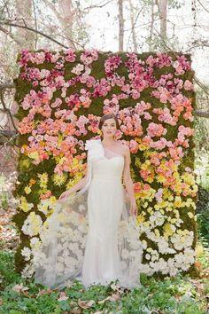Increíble muro de flores que sirve como decoración y también para que tú y tus invitados posen para las fotos. #WeddingBroker