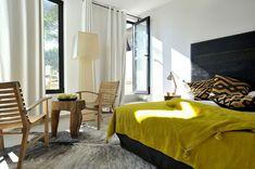Chambre noir blanc jaune