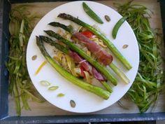Czary w kuchni- prosto, smacznie, spektakularnie.: Zielone szparagi zapiekane z szynką podane z domow... Asparagus, Zucchini, Vegetables, Food, Summer Squash, Meal, Eten, Vegetable Recipes, Meals