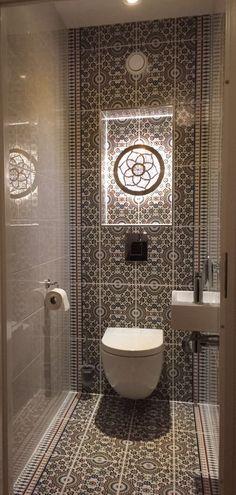 Marokkaanse tegels Small Toilet Design, Small Toilet Room, Bathroom Design Luxury, Bathroom Design Small, Bathroom Designs, Toilet Decoration, Bad Styling, Downstairs Toilet, Bathroom Styling
