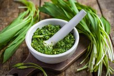 This variation of classic Italian pesto uses wild garlic (ramps) and has rapidly gained popularity in Germany. Serve with cooked meats, pasta, or anywhere you'd use the classic pesto. Healthy Party Snacks, Healthy School Snacks, Healthy Toddler Snacks, Healthy Snacks For Diabetics, Healthy Eating, Pesto Uses, Wild Garlic Pesto, Snacks Under 100 Calories, Food For Thought