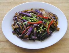 Traditional Chinese Recipes: Yu Xiang Qiezi (Fish Fragrance Eggplant) I love this thing -- vegetarian or even vegan if you want it, or not (you can even add thin-stripped pork Healthy Asian Recipes, Healthy Recipes For Weight Loss, Vegetarian Recipes, Cooking Recipes, Easy Recipes, Chinese Dishes Recipes, Tasty Dishes, Food Dishes, Korean Dishes