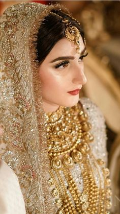 If you want to be a unique bride that looks gorgeous on your wedding day, search for the bridal jewelry that will compliment your attire. Pakistani Bridal Makeup, Indian Bridal Outfits, Indian Bridal Fashion, Pakistani Wedding Dresses, Pakistani Suits, Bridal Lehenga, Indian Dresses, Beautiful Bridal Makeup, Bridal Makeup Looks