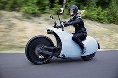 La société Johammer, basée à Bad Leonfelden en Autriche, produit principalement des batteries lithium-ion haute performance et depuis l'an dernier, une moto électrique nommée Johammer J1.  Cette moto est totalement loufoque, au premier coup d'oeil, on dirait un escargot avec sa carrosserie  tout en courbes et ses rétroviseurs en forme d'antennes. Tout droit sortie d'un fil de science-fiction, la bête abrite un moteur électrique de 11 kW refroidi par air intégré dans la roue arrière et est...