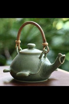 A very pretty teapot, for pouring delicious tea. -w-