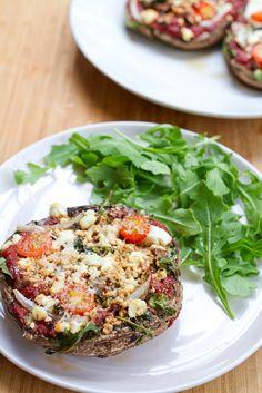 Healthy Goat Cheese and Arugula Portobello Pizzas -- only 120 calories each! Healthy Potluck, Potluck Recipes, Healthy Dishes, Good Healthy Recipes, Veggie Dishes, Vegan Recipes Easy, Organic Recipes, Healthy Snacks, Vegetarian Recipes