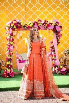 Pakistani Mehndi Dress, Beautiful Pakistani Dresses, Pakistani Fashion Party Wear, Pakistani Formal Dresses, Pakistani Wedding Outfits, Indian Bridal Outfits, Pakistani Dress Design, Beautiful Dresses, Mehendi