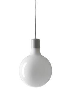 Ruotsalaisen Form Us With Love -designstudion suunnittelemien Form-kattovalaisinten muoto muistuttaa hauskalla tavalla teollista polttimoa. Valaisimien pelkistetyssä, mutta tunnistettavassa muotoilussa näkyy suunnittelijoilleen tyypillinen minimalistinen ja aavistuksen leikittelevä ote. Yksinkertaisen tyylikkään Form Round -valaisimen voi yhdistää osaksi useamman valaisimen sommitelmaa tai ripustaa tilaan yksittäiseksi katseenvangitsijaksi.