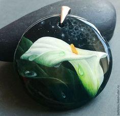 Купить или заказать Кулон 'Калла' - миниатюра на камне в интернет-магазине на Ярмарке Мастеров. Нежная белая калла написана на чёрном агате в технике лаковой миниатюры. Миниатюра - это тонкая, кропотливая, многоэтапная художественная работа, выполненная в мелком масштабе, используя очень тонкие мазки. Живопись послойно закреплена акриловым лаком, а финишное покрытие создаёт глянцевую защитную поверхность. Женские украшения с миниатюрой - это возможность наслаждаться этим тонким искусством…
