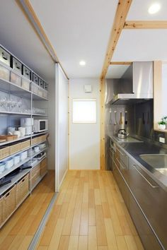 Architecture projects in Japan, along with Japanese houses, masses constructions and locations. Casa Muji, Muji Haus, Dirty Kitchen, Kitchen Pantry, New Kitchen, Japanese Kitchen, Japanese House, Maison Muji, Küchen Design