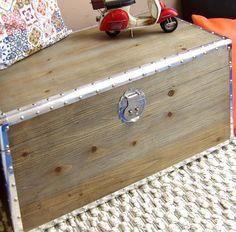 Baúl de madera con r