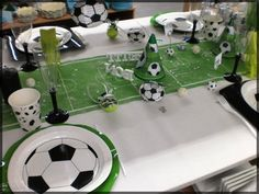 Une table d'anniversaire spéciale Football ! Sympa pour un petit garçon fan de foot ! Soccer Birthday Parties, Soccer Party, 7th Birthday, Soccer Decor, Soccer Banquet, Table Football, Party In A Box, Communion, Party Themes