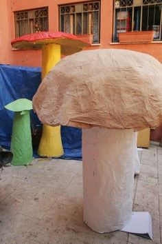 make giant mushrooms for summer reading!  Complete tutorial, but lots of supplies needed here....