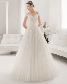 8B141 Pasion. Alma Novia 2015. Love the sweetheart neckline and where the straps fall.