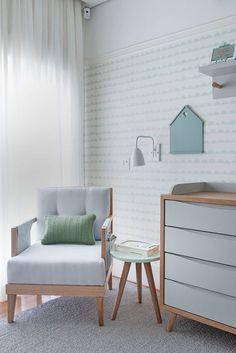 Quarto de bebê - decoração moderna - verde menta branco madeira clara e cinza - poltrona de amamentação ( Projeto: Triplex Arquitetura )