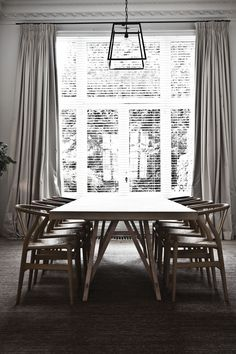 Zona de comedor con la sillas Wegner Y http://www.decoratualma.com/es/sillas/15-replica-silla-ch-24.html