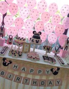 Fondo de mesa de postres de fiesta Minnie Mouse Decorado con globos de punticos. #FiestaMinnie