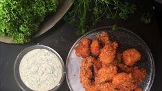 Opskrift på hjemmelavede, sprøde chicken nuggets med frisk ranch dressing. Hjemmelavet fastfood. Opskrifter fra Adam Aamann.