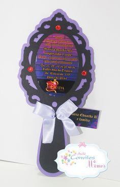 Convite espelho Descendentes    Papel de qualidade fotográfica brilhoso (centro do convite) e color plus de alta gramatura  Acompanha saquinho celofane e etiqueta adesiva branca para o nome do convidado.    Tamanho aproximado: 20cm de altura x 9cm de largura