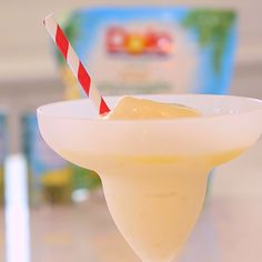 Love the frozen Pineapple Dole Whips you can get at Disneyland? Now you can make Dole Whips right at home with this easy recipe! Disney Desserts, Frozen Desserts, Disney Recipes, Yummy Drinks, Delicious Desserts, Dole Pineapple Whip, Dole Whip Disney, Dole Whip Recipe, Disney Inspired Food