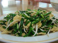 Recettes d'une Chinoise: Pousses de soja sautées avec ciboulettes et oeufs 鸡蛋韭菜炒豆芽 jīdàn jiǔcài chǎo dòuyá
