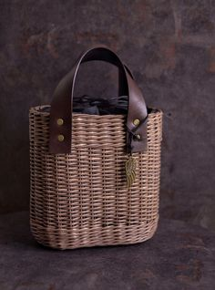Плетение из газет Paper Basket, Basket Bag, Natural Accessories, Jane Birkin, Knitted Bags, Louis Vuitton Speedy Bag, Bag Making, Straw Bag, Leather Bag
