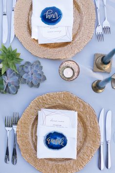 Blue agate slice place cards paired with gorgeous detailed gold charger…