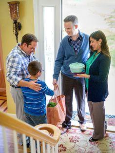 Como ayudar en un duelo? Una pareja lleva comida a un viudo y a su hijo