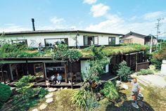 人の家や暮らしを見るのって楽しいですよね。日刊Sumaiの読者なら、その思いはひとしおのはず。ビックリするよう… Outdoor Pergola, Outdoor Landscaping, Outdoor Decor, Green Architecture, Japanese House, Interior And Exterior, Landscape, Building, Gardens
