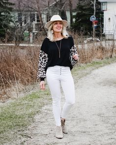 Do you love the animal print trend and are not sure how to wear it? Here's a simple and cute outfit idea for spring! #cuteoutfit #leopardtop #springoutfit