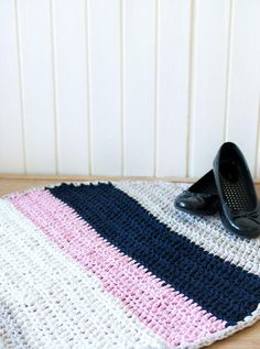 Ravelry: The Fast Way to Crochet a Rug pattern by Marinke Slump Diy Crochet Rug, Crochet Rug Patterns, Crochet Quilt, Crochet Home Decor, Learn To Crochet, Crochet Crafts, Easy Crochet, Crochet Projects, Free Crochet