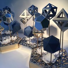 Great idea for presentation. Stage Design, Event Design, Wedding Centerpieces, Wedding Decorations, Decoration Vitrine, Denim And Diamonds, Paper Artwork, Geometric Wedding, Diy Paper