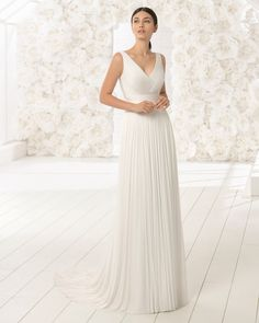 Pure femininity! This boho-style wedding dress exemplifies how less is sometimes more in a gown. Made of silk muslin, it features an alluring V-neckline. 2018 Rosa Clará Soft Collection.