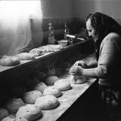the history of bread in Greece Old Pictures, Old Photos, Vintage Photos, Italian Restaurant Decor, Black N White Images, Black And White, Heroic Age, Bread Shop, Bread Oven