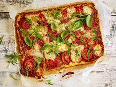 Kukkakaalipohjainen pizza on loistava piknikruoka, koska se maistuu hyvältä myös jäähtyneenä. Mozzarellan sijasta voit käyttää täytteeseen juustoraastetta.
