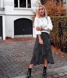 Damen Mode Frühling / Spring Outfits Fashion is continually evolving and getting refreshed. Mode Outfits, Skirt Outfits, Casual Outfits, Fashion Outfits, Fashion Trends, Midi Skirt Outfit Casual, Fashion Bloggers, Spring Outfits, Winter Outfits
