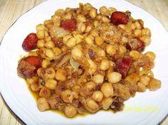 Tan ricos, fáciles y económicos como las patatas a lo pobre pero algo menos conocidos. No te pierdas esta receta de garbanzos a lo pobre y prepara un almuerzo...