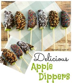 caramel apples Delicious Apple Dipper Sticks I am in love with these delicious apple dipper sticks. I know my kids are too. We always have apples on hand but this is a way to make those Fall Desserts, Just Desserts, Delicious Desserts, Dessert Recipes, Yummy Food, Cute Thanksgiving Desserts, Tailgate Desserts, Thanksgiving Parties, Halloween Desserts