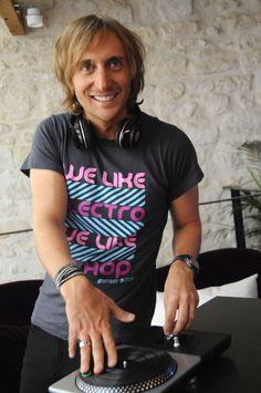 David Guetta. No es que sea muy guapo de cara... Aunque su sonrisa me hace sonreír!
