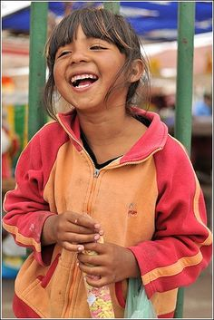 Girl in Coquimbo, Chile. cx she looks so cute & happy Happy Smile, Make You Smile, Happy Faces, Your Smile, Precious Children, Beautiful Children, We Are The World, People Around The World, Life Is Beautiful